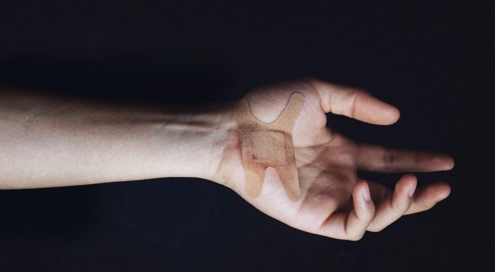 聽說若有傷口或是其他皮膚問題,只要貼個人工皮就可以痊癒,這是真的嗎?